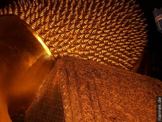 Wat Pho: Der Hinterkopf eines 46 m langen liegenen Buddhas ...