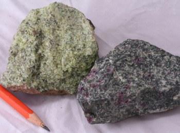 """Mantelgestein Spinell-Lherzolith (""""Olivinknolle"""") aus der Eifel und Granat-Peridotit aus Åheim, Norwegen"""
