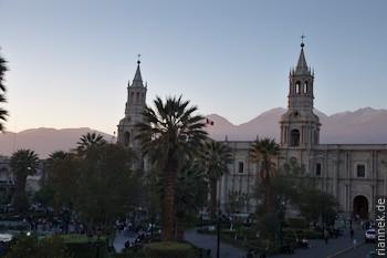 Arequipa: Plaza de Armas mit Kathedrale und dahinter der Chachani