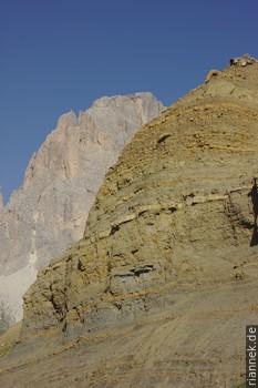 Mergel der Cassianer Formation am Sellajoch Dies ist die Beckenfazies am Fuß des Riffs der Cassianer Schichten der Sella. Das Material wurde von rechts geschüttet.