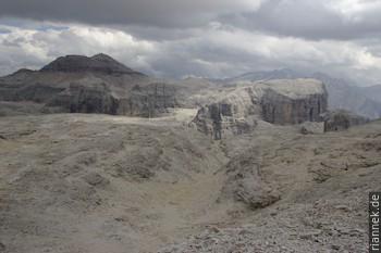 Die Gesteine des Piz Boè (hinten) wurden während der alpinen Gebirgsbildung auf das Plateau der Sella geschoben