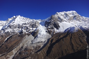 Kimshung (6760 m) und Dragboche (Yansa Tsenji, 6562 m) vom Kyanjin Ri