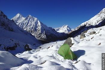 am Morimoto Basecamp, mit Gangchempo (6387 m) und Ponggen Dopku (5930 m)