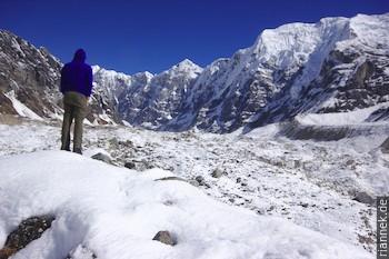 auf dem Gletscher am Morimoto Basecamp, mit Punkt 6480 und Pemthang Karpo Ri (6830 m)