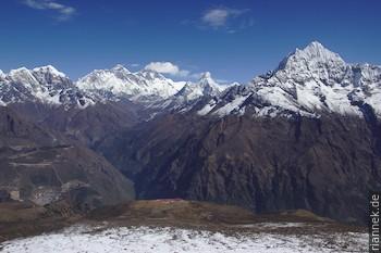 Blick vom Hügel oberhalb des Kongde Hotels: Taboche, Everest, Nuptse, Lhotse, Ama Dablam, Thamserku