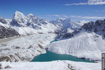 Blick vom Gokyo Ri auf Gokyo (am See), den Ngozumbu-Gletscher, Cholatse und Kangtega