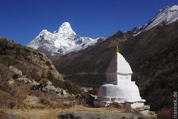 Ama Dablam und eine Stupa bei Pangboche