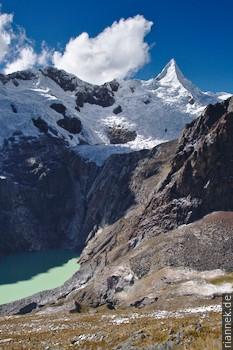Starker Kontrast zwischen Eis und Schatten Alpamayo, Peru