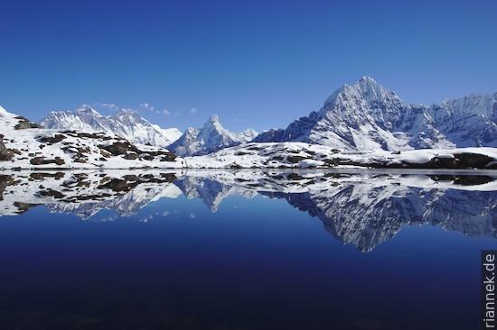 Mount Everest, Ama Dablam und Thamserku in einem Karsee am Kongde Ri