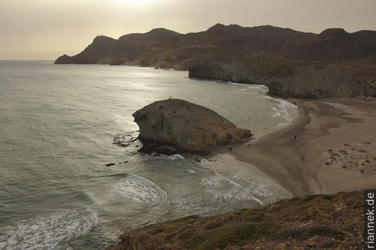 Mónsul-Strand mit hyaloklastischen Brekzien (während einem wolkigen Sonnenuntergang)
