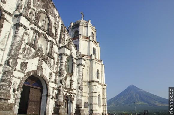 Kirche in Daraga mit Mayon