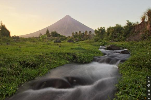 Mayon und Bach bei Cagsawa