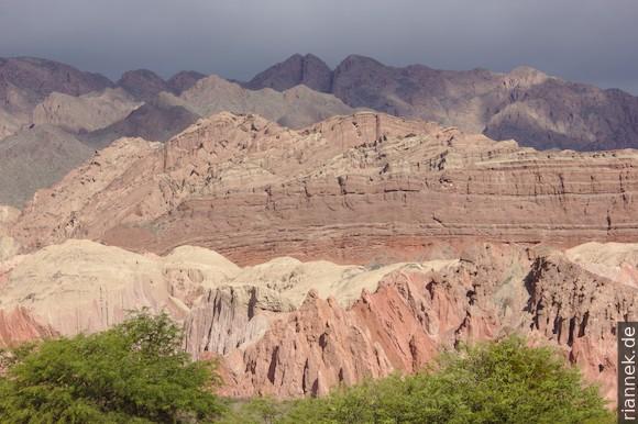 Die Berge auf beiden Seiten des Rio de las Conchas gehören überwiegend zur Salta Group